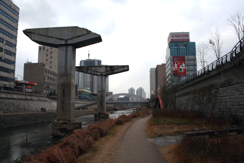Seoul_Cheonggyecheon_supports.jpg