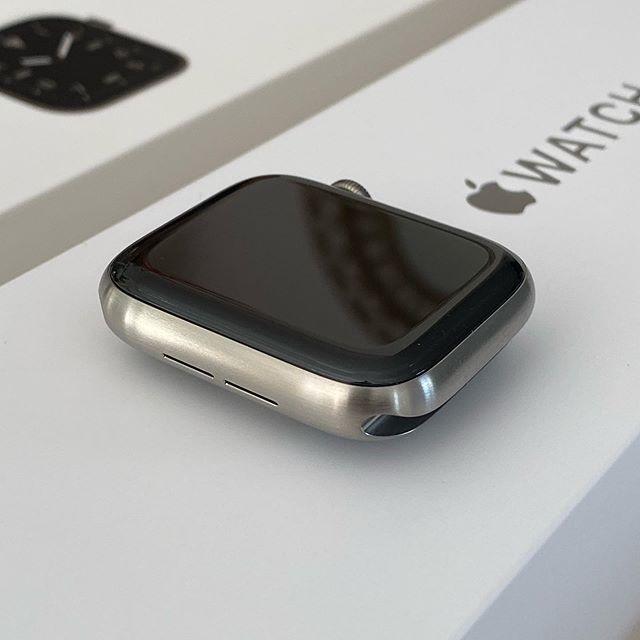 Apple Watch titanium is beautiful #sketchbook #macbookpro #essentials #imac #sketchbooks #macbookproretina #designessentials #mbp #designbooks #designtools #whitedesk  #applewatch #apple