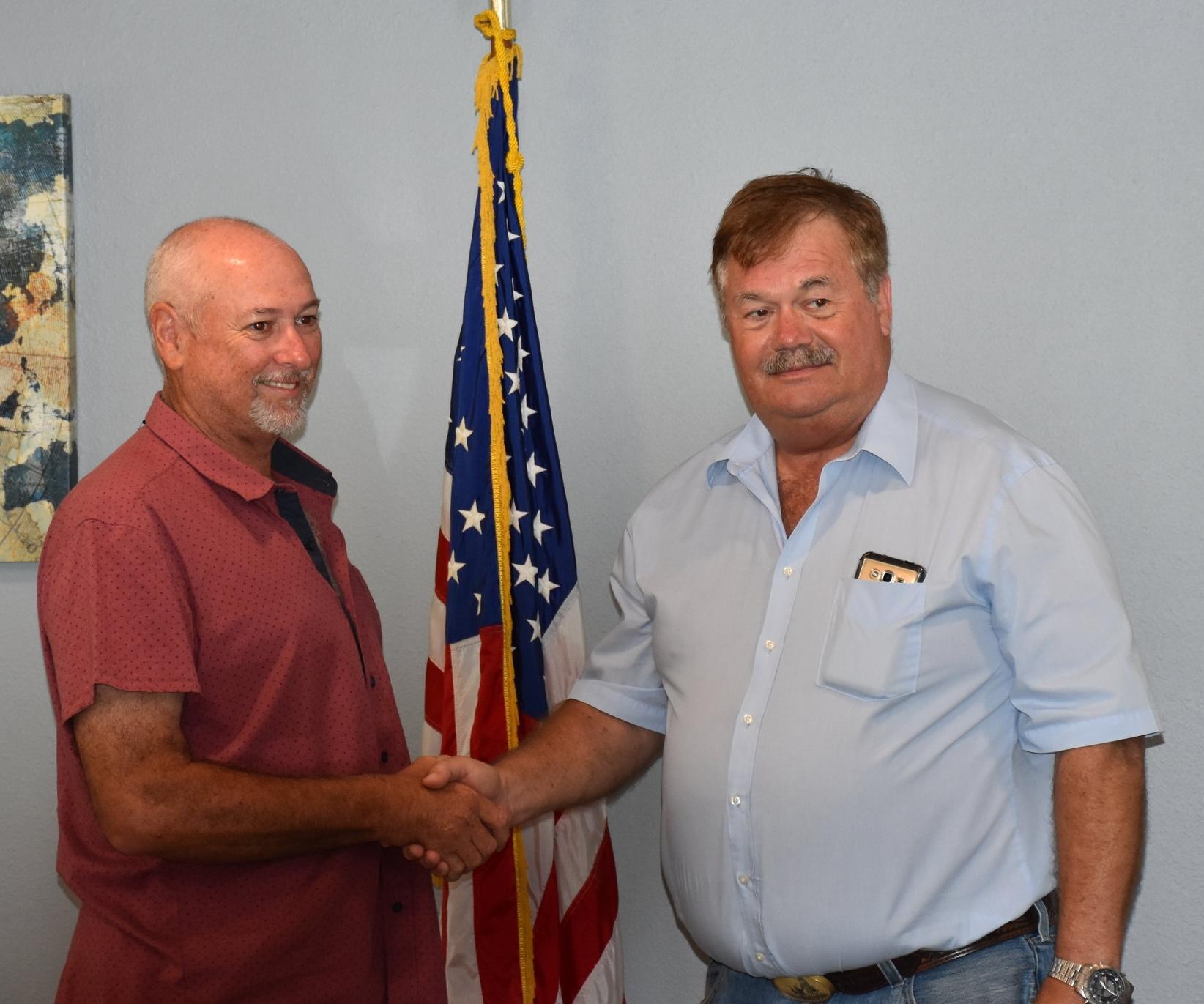 Incoming Mayor Steve Alongis with outgoing Mayor Harold Doty.JPG