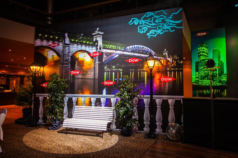 Декорации для корпоративного мероприятия компании DOW.  В создании этих декораций мы использовали сварной металлокаркас и банеры блокаут, не пропускающие свет. Печать высокого качества и эксклюзивный дизайн помогли режиссеру мероприятия передать атмосферу ночного мегаполиса.