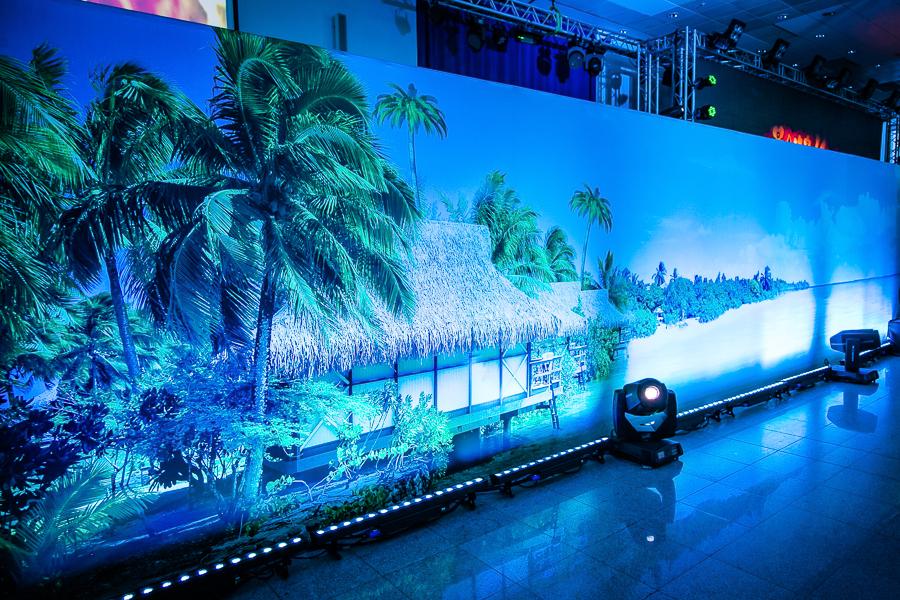 Декоративная стена c подсветкой хорошее решение для того, чтобы декорация стала не только частью интерьера, подчеркнув любую тему мероприятия, но и стала функциональной ширмой, как в данном случае - за ней переодевались артисты.