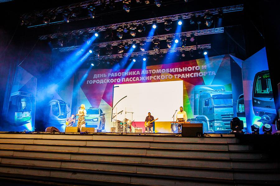 Декорации в ГЦКЗ Россияв Лужниках.  Декорации были созданы для большого концерта. Использованы непросвещенные банеры и стальные металлокаркасы.