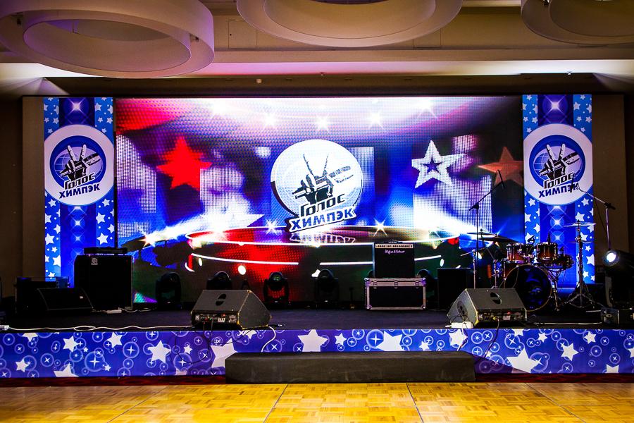Сцена и декорации для корпоративного мероприятия.  Оформление состоит из четырех частей - задник сцены светодиодный экран, кулисы (2 штуки), рас сцены. Все выполнено в едином стиле концепции мероприятия.