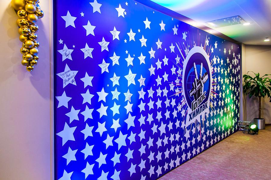Декоративная стена.  Может стать как дополнением к общему оформлению помещения, так и функциональной составляющей пространства, разделяя различные зоны форума, конференции или корпоративного мероприятия.
