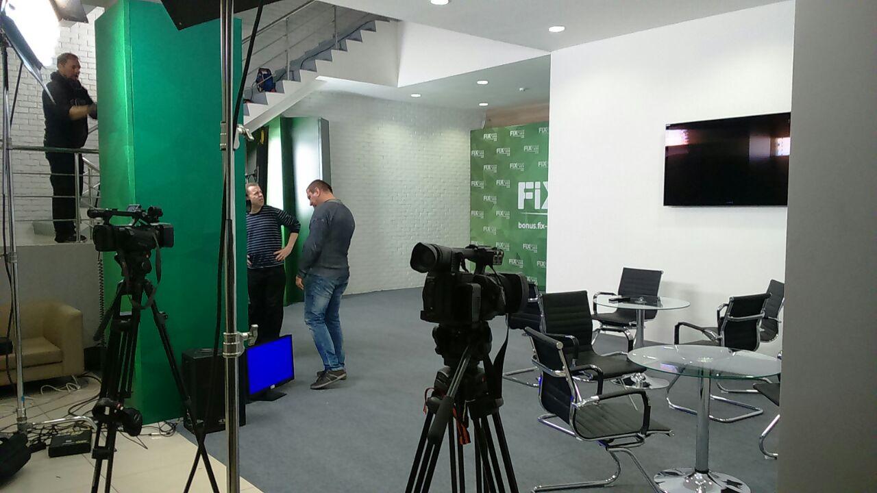 Задача заключалась в том, чтобы из фойе офиса крупной компании на один день создать телестудию с матовым полом (ковролин) и брендиргом по стенам.