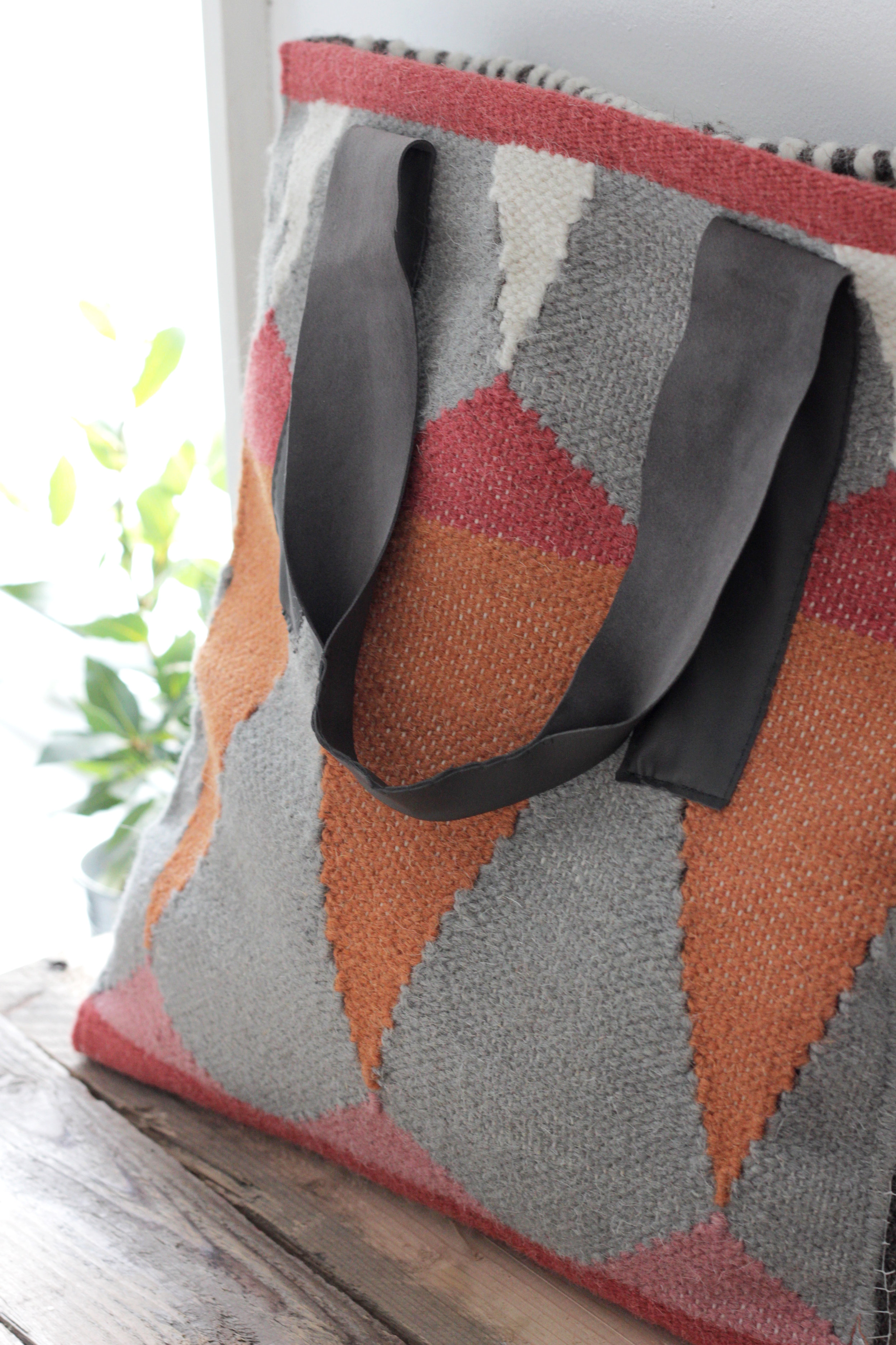 Carpet bag tutorial, great handmade present that doesn't cost much to make. Tutorial by www.hestershandmadehome.com