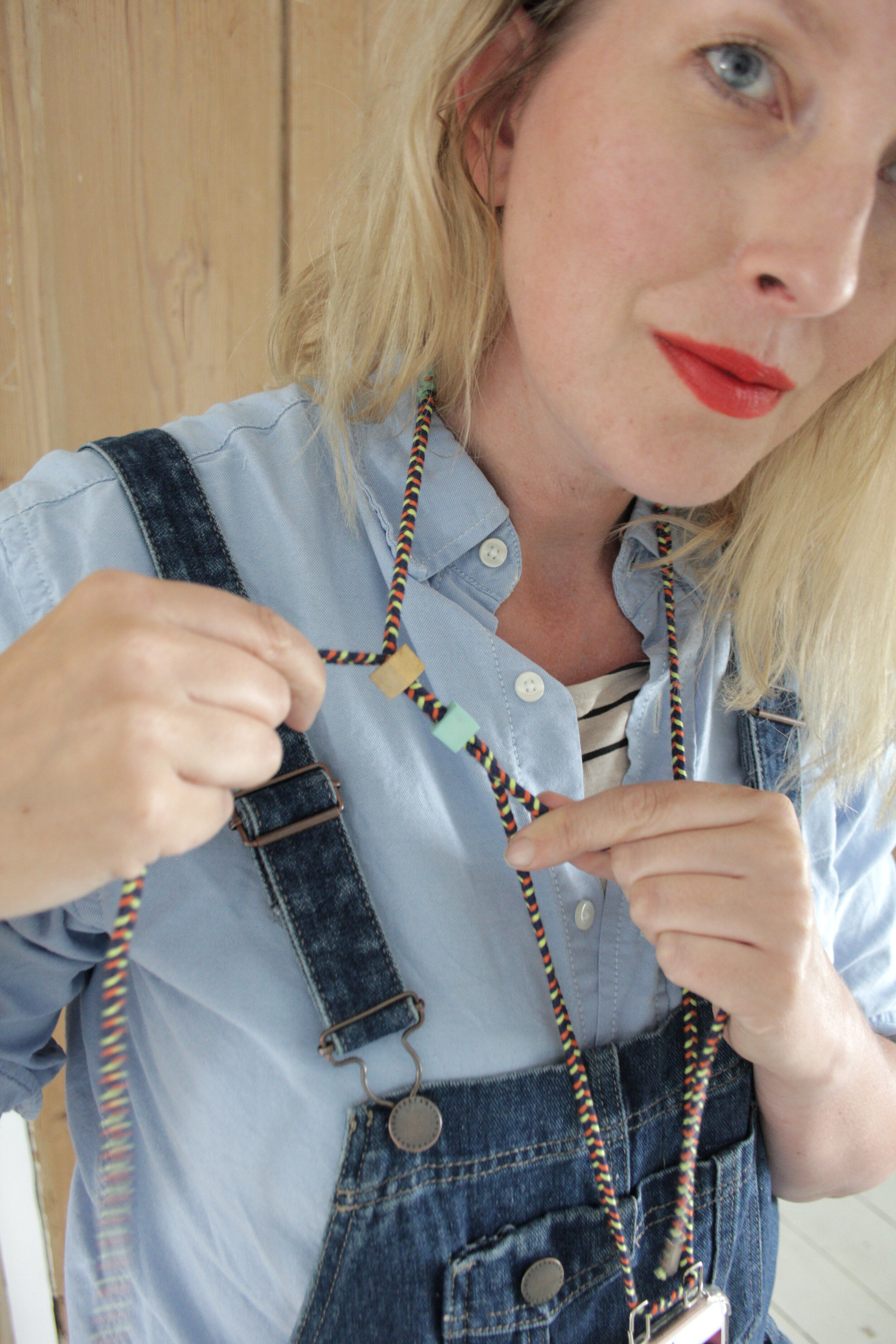 Easy smartphone necklace DIY, carry your phone around handsfree and in style. Tutorial by www.hestershandmadehome.com
