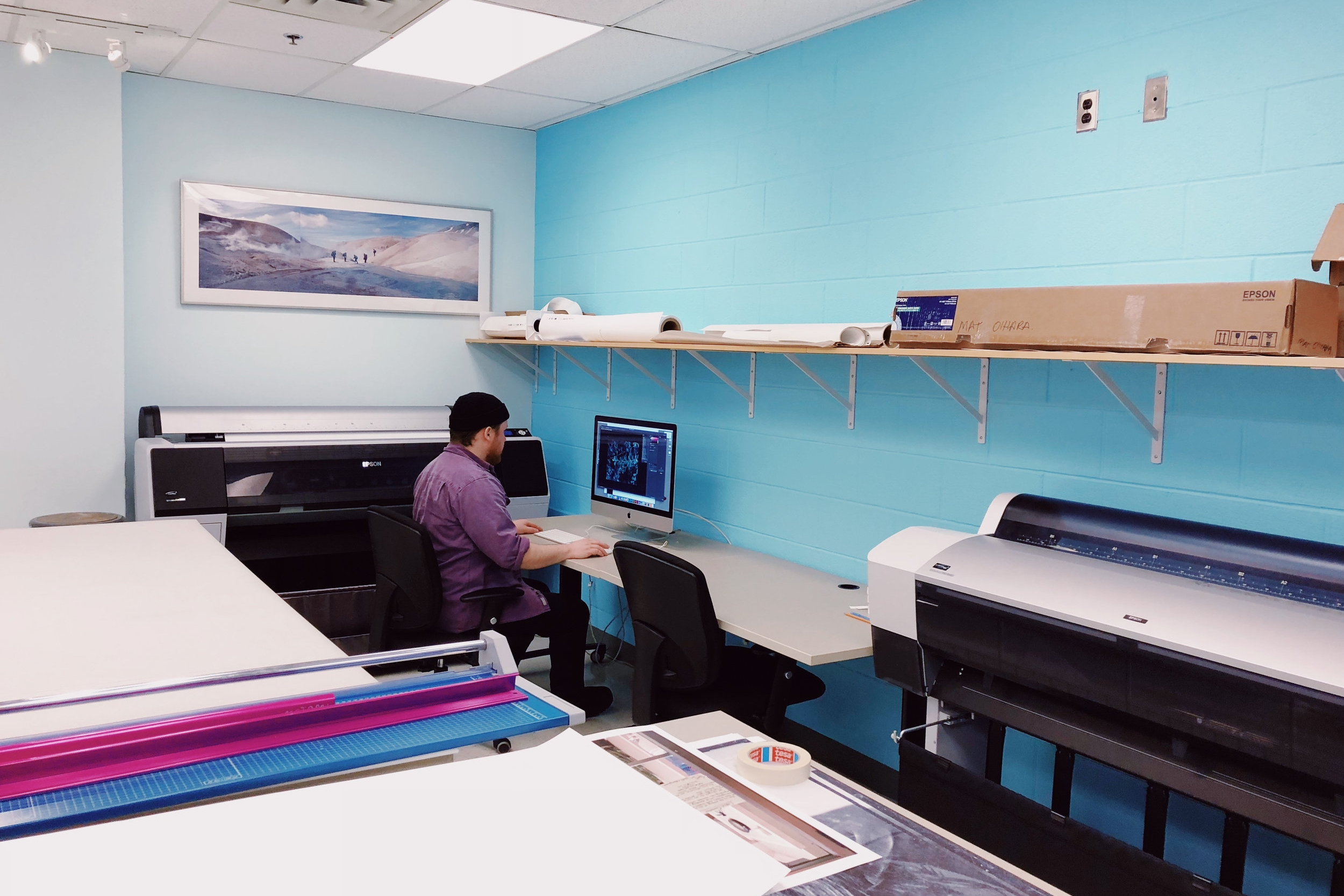 The print lab is equipped with all-new iMacs and the full suite of Adobe Creative Cloud software