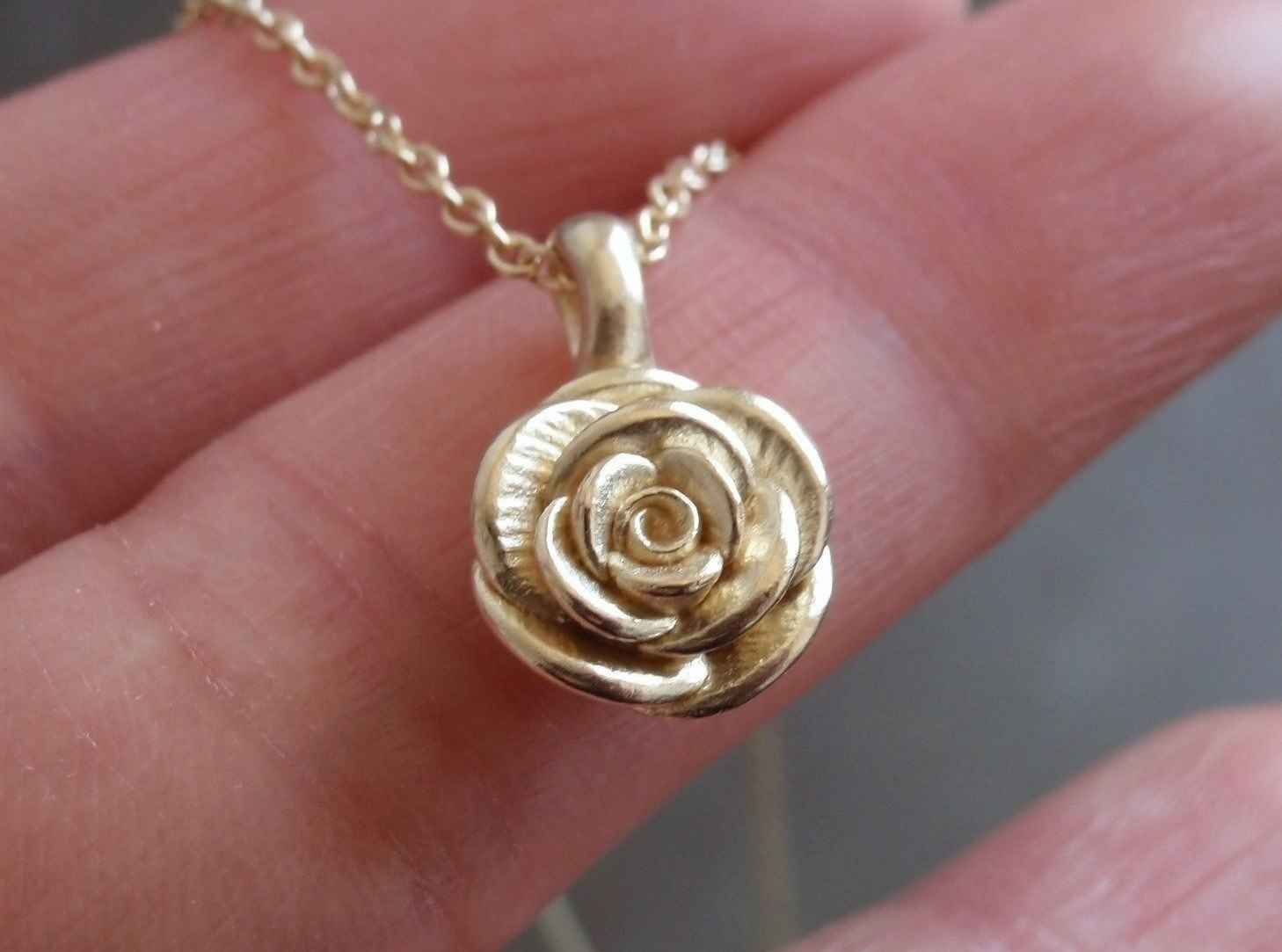 Rose Necklace in 14K Yellow Gold.