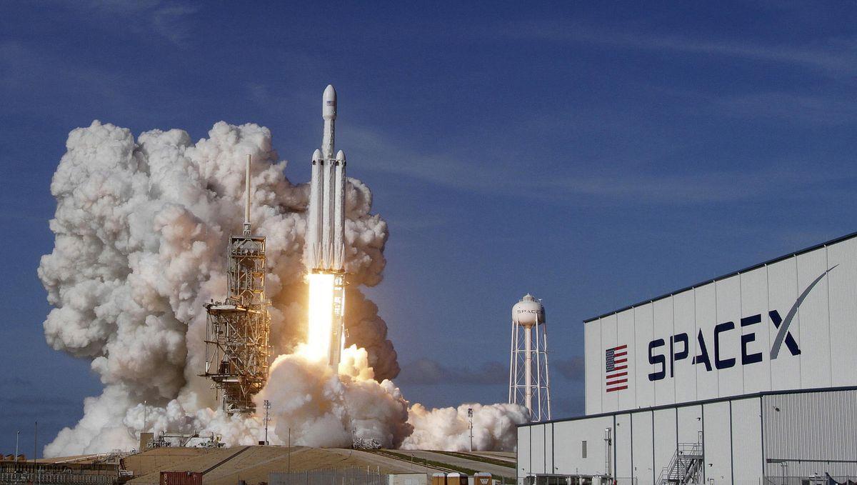 la-fi-spacex-falcon-heavy-launch-20180206.jpg