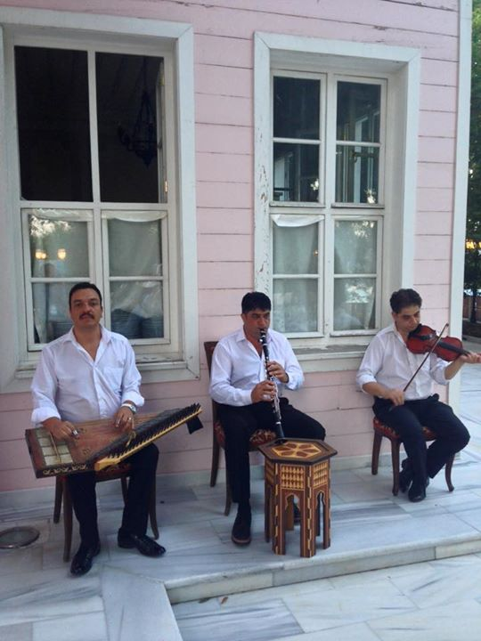 These guys entertained us while we undiplomatically devoured our food.