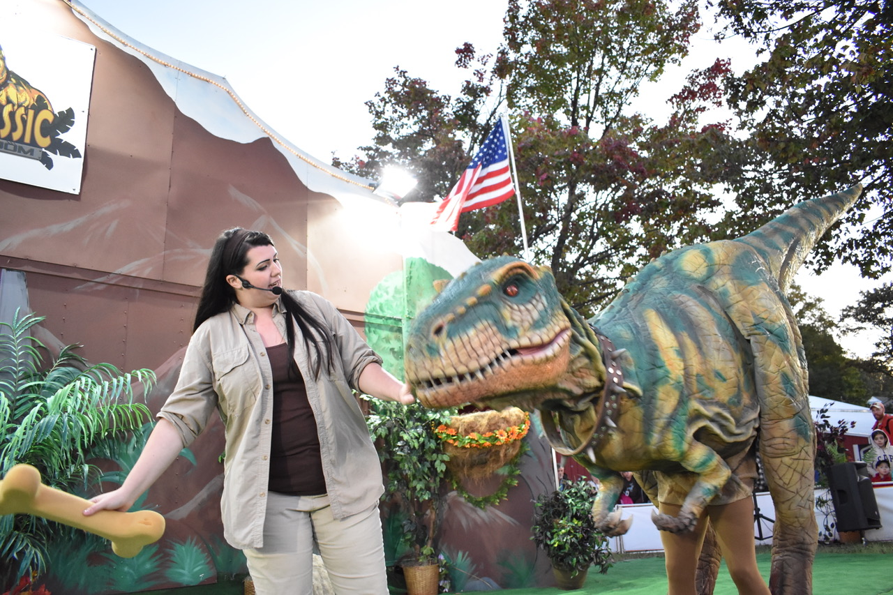 jerassic_kingdom_dinosaur_show_artists_and_attractions)DSC_0309 copy.jpeg