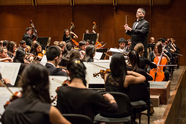Vincent Lionti conducts the GWYOA Youth Symphony at Avery Fisher Hall; photo by Bob Plotkin