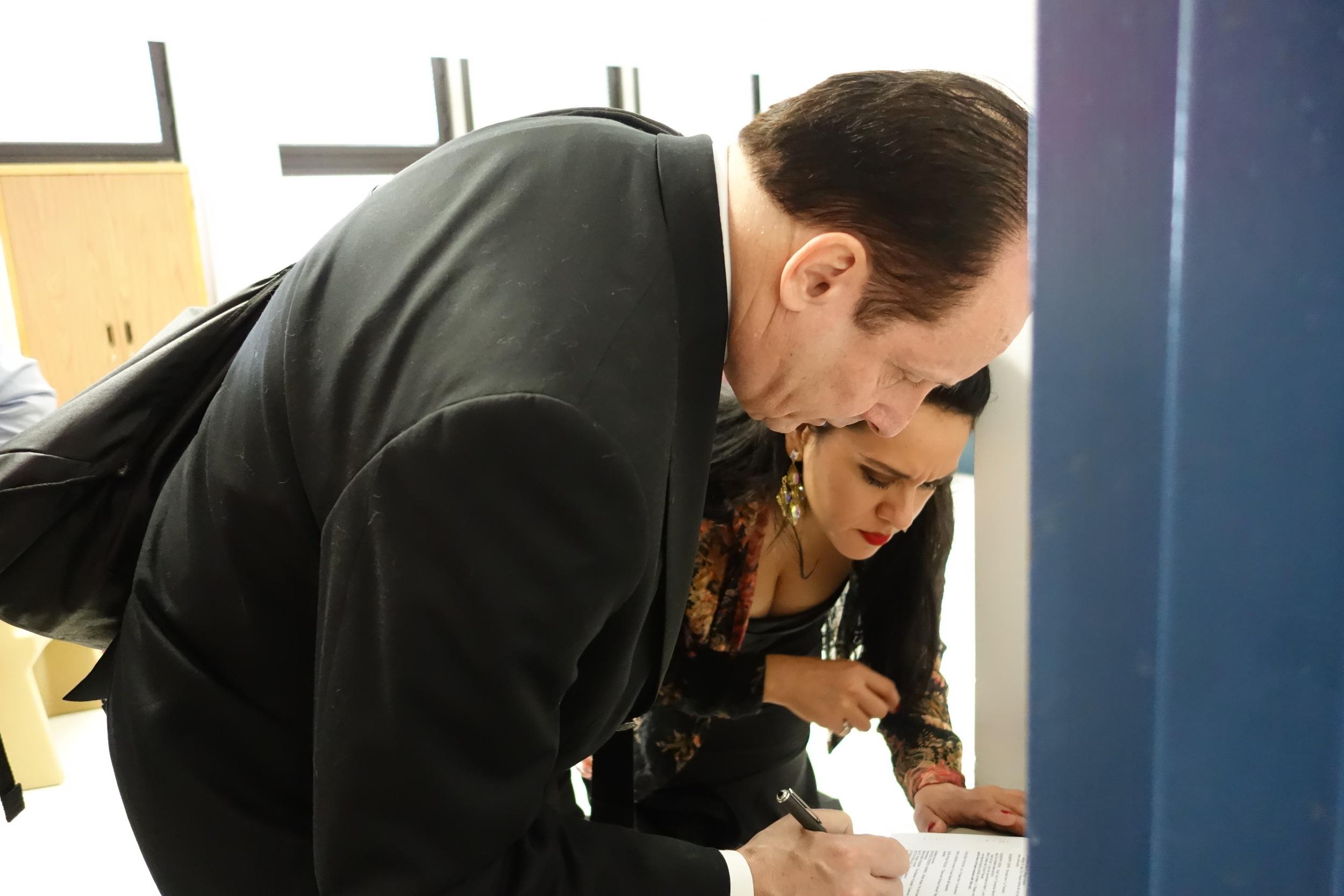 Event organizer David Langlitz confers with soprano Gizel Rodríguez.
