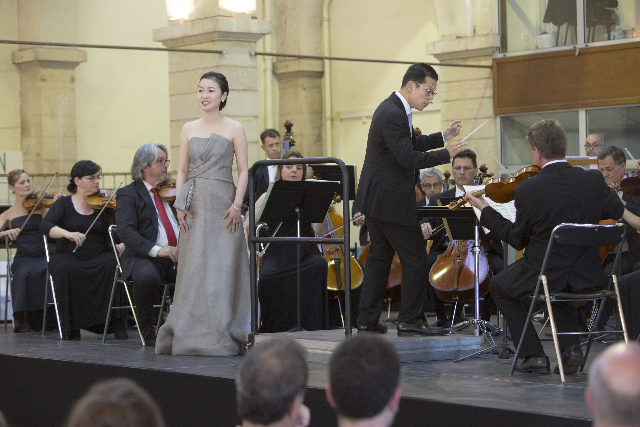 David conducting l'Orchestre Dijon Bourgogne and soprano Ying Fang (Photo by Jean-Louis Bernuy)