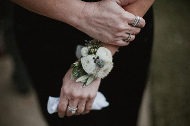 Floral bracelets for Mom are simply fabulous! 🌿 . . Photo: James Frost Photography Venue: @vistawestranch  Coordinator: @coordinatethis  #organic #weddingflowers #wedding #thepetalpushers #motherofthebride #flowerbracelet