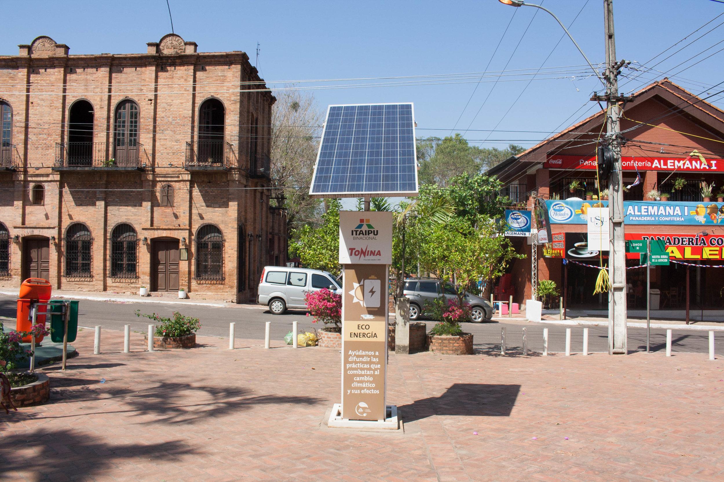 En el centro de la ciudad hay paneles solares