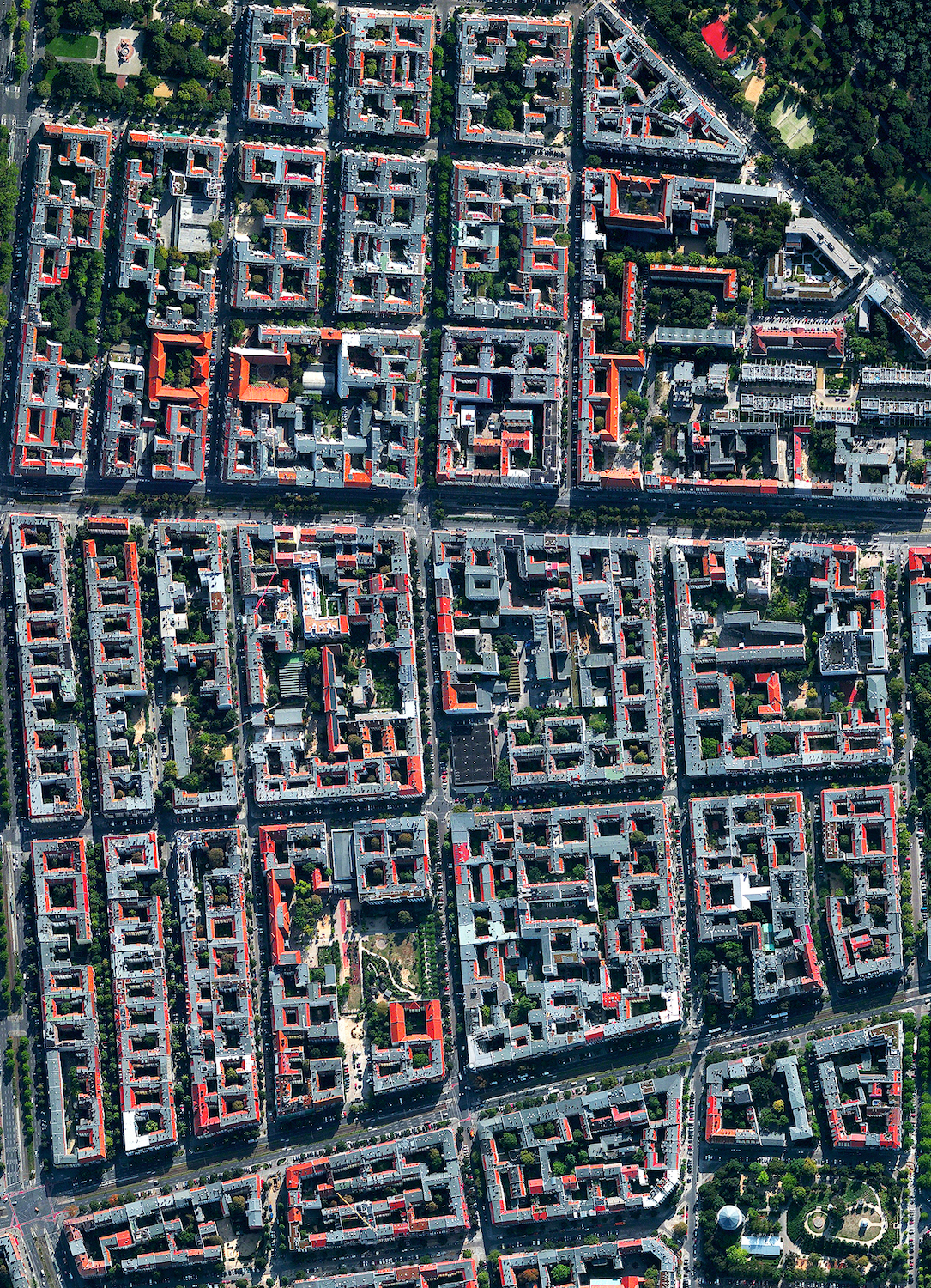 For the next month I'm excited to announce that I'll be living and working from Berlin, Germany! The magnificent architecture of the Winsviertel and Bötzowviertel quarters, both located within Prenzlauer Berg, are captured in this Overview. If you're in Berlin, say hello and perhaps we will cross paths this month!  52.532157, 13.423783