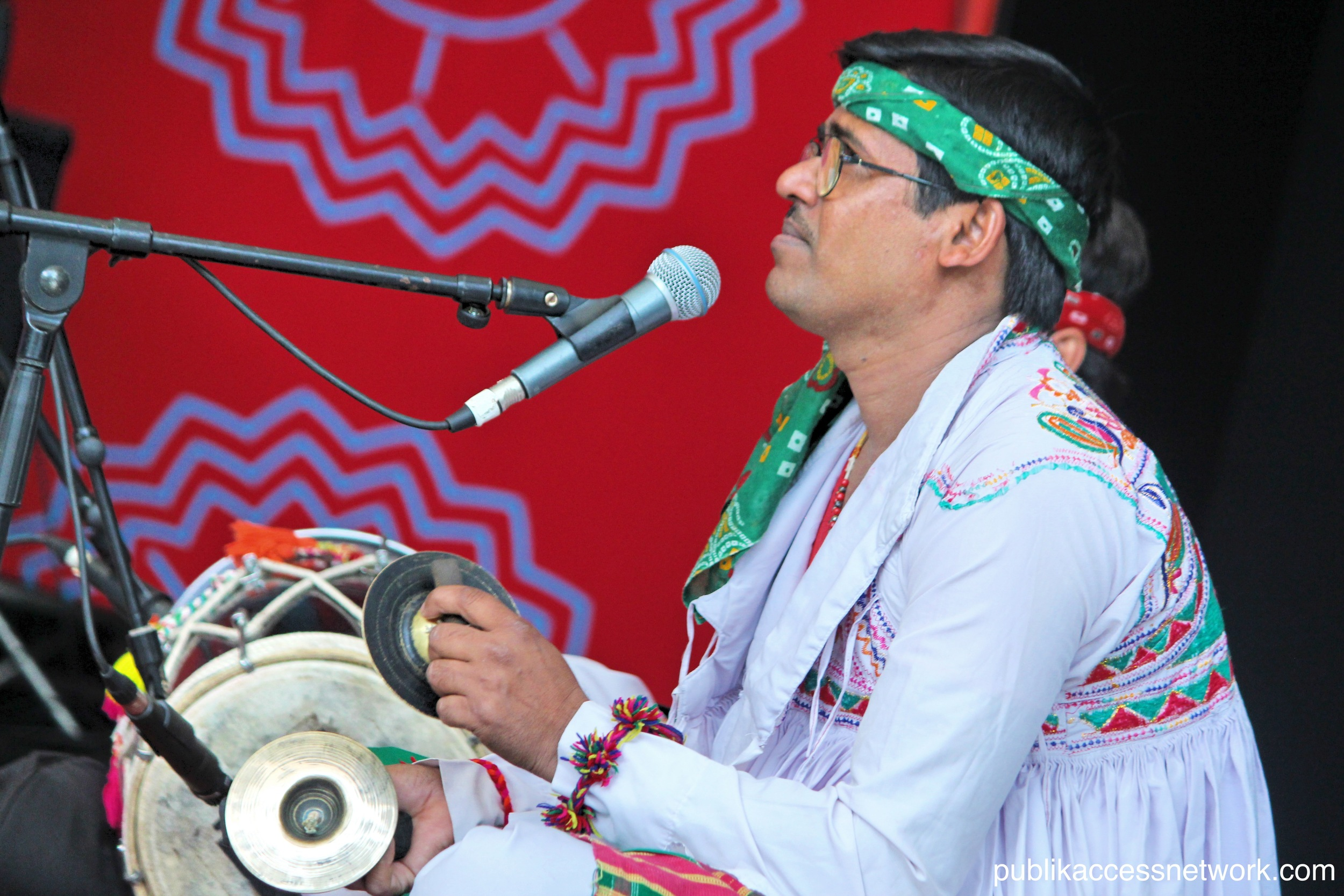 Ramin Khalatbari performing on the main stage