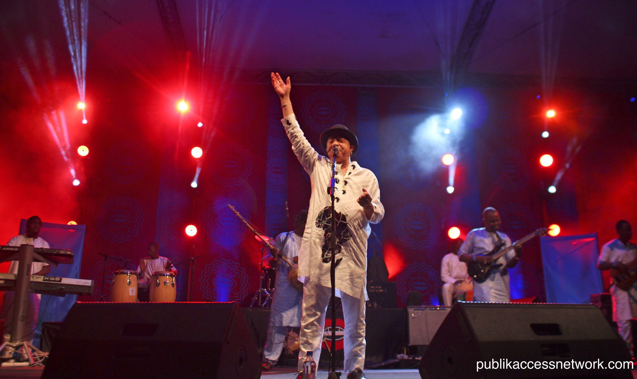 Salif Keita salutes the crowd