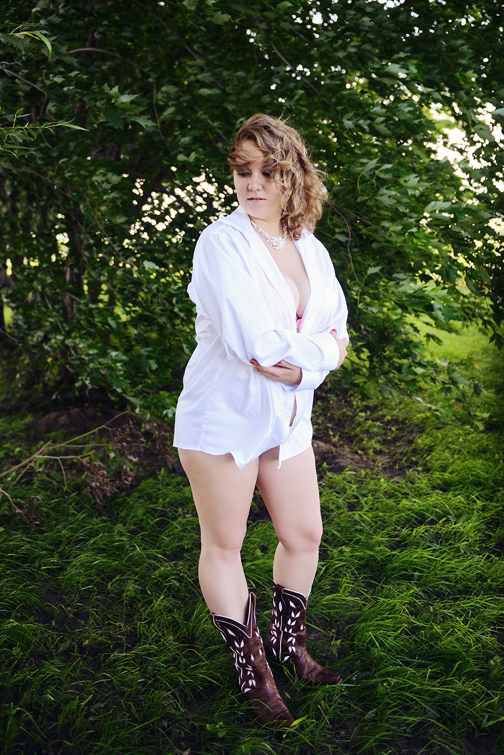 white-shirt-boots-photos