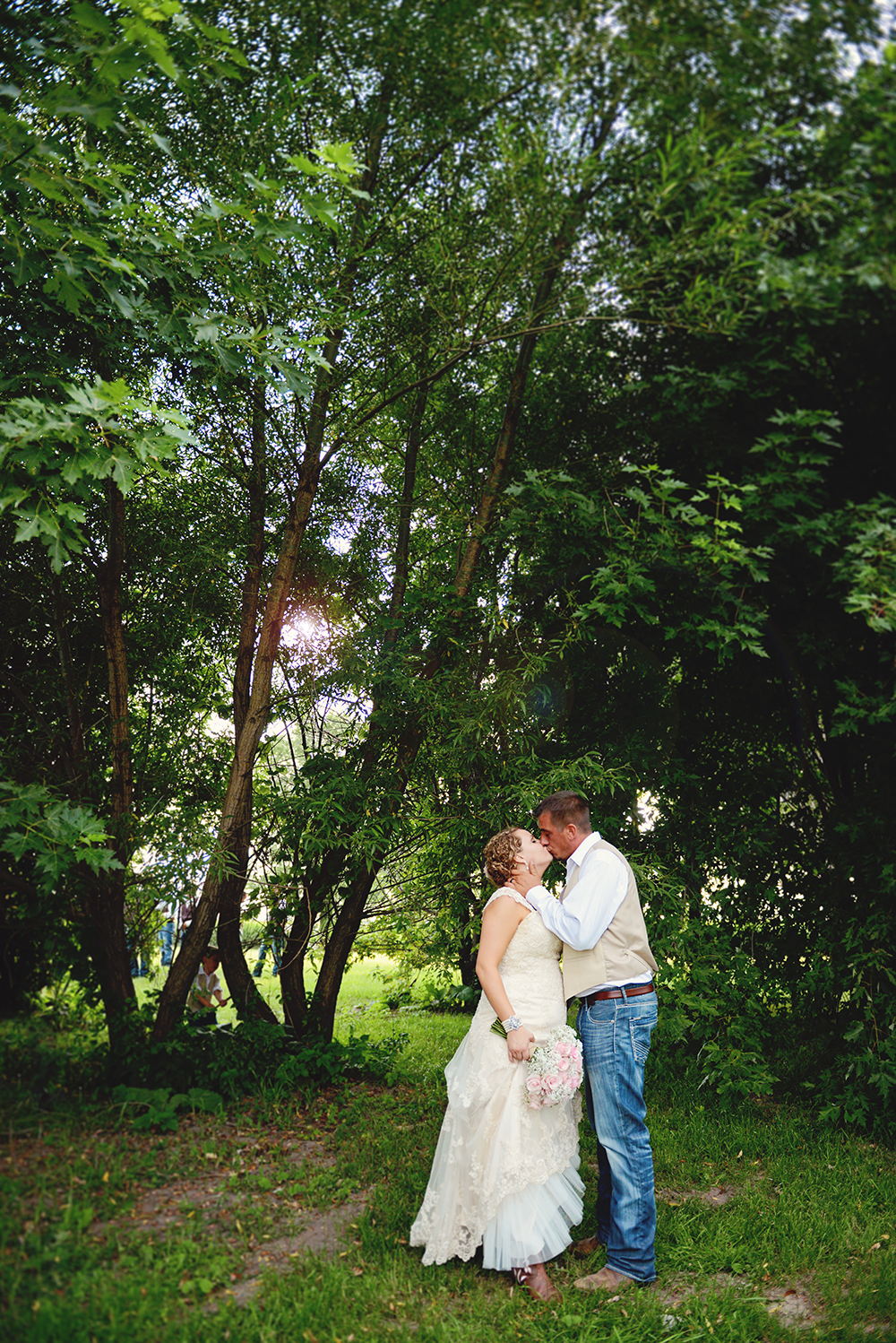 country-vintage-wedding-couple-kissing