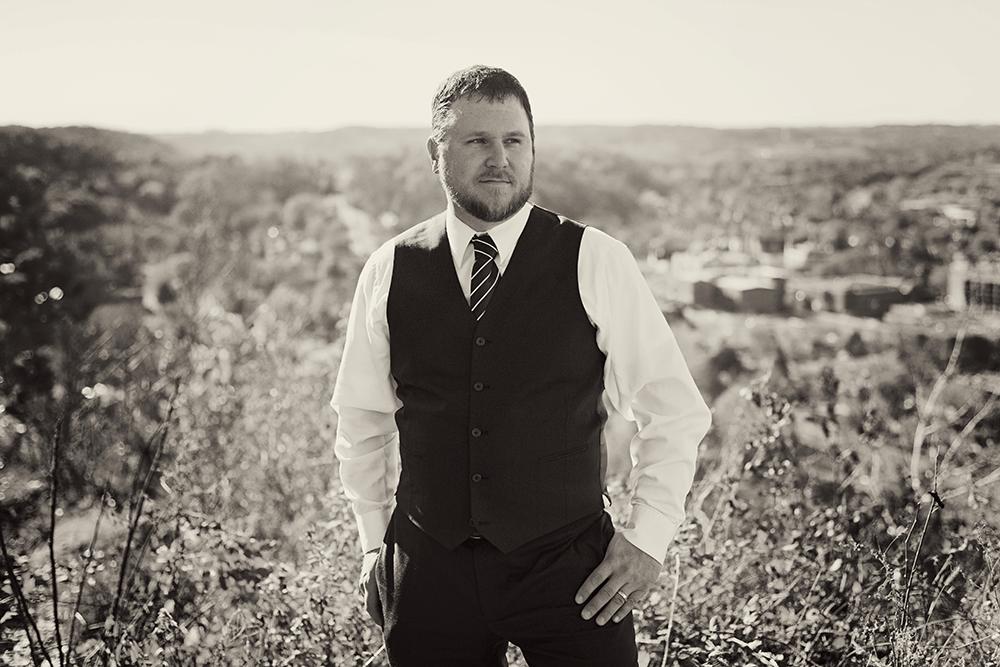 sharp-grooms-portraits-memorial-hill-minnesota