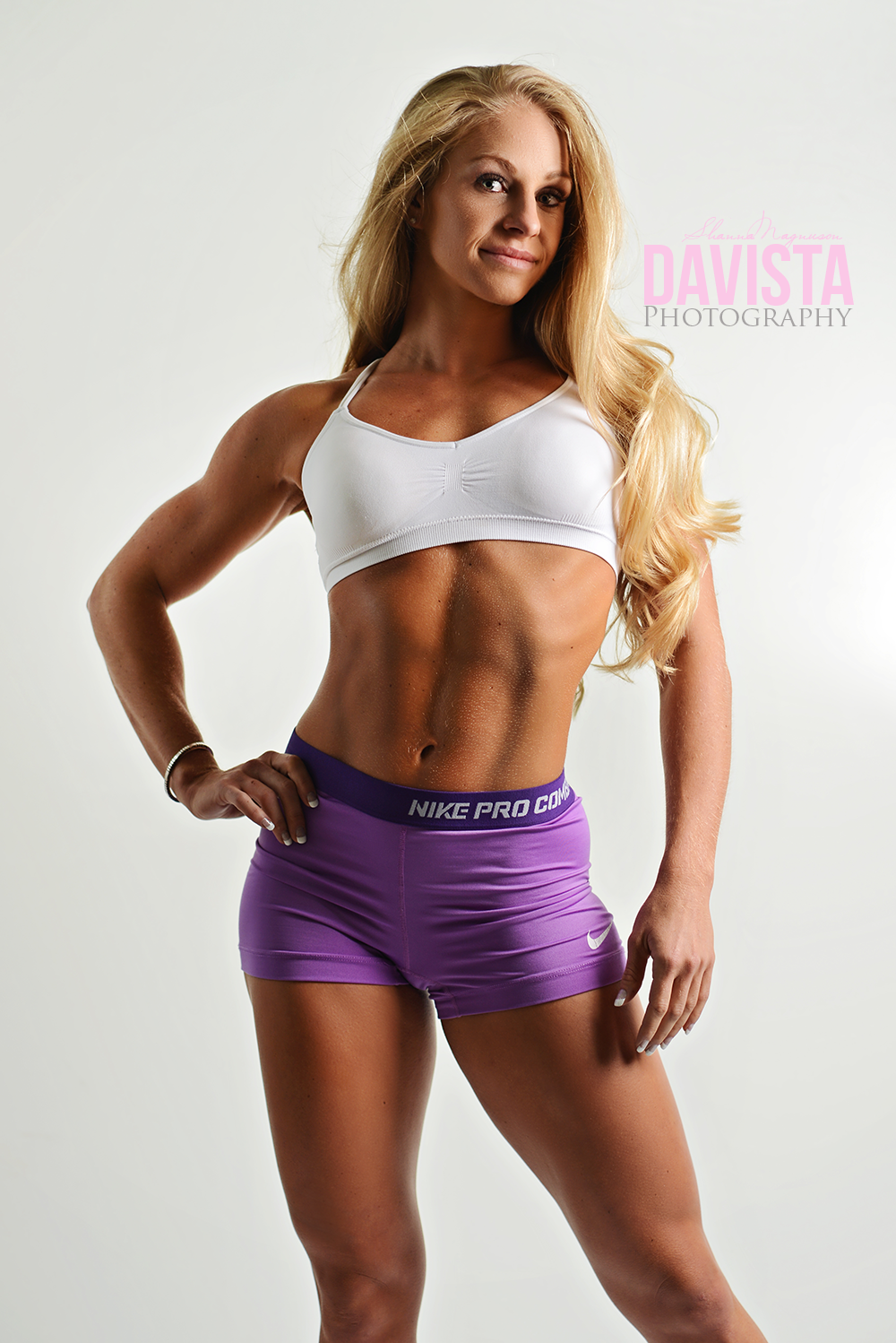 beauty fitness poses with abs and muscles