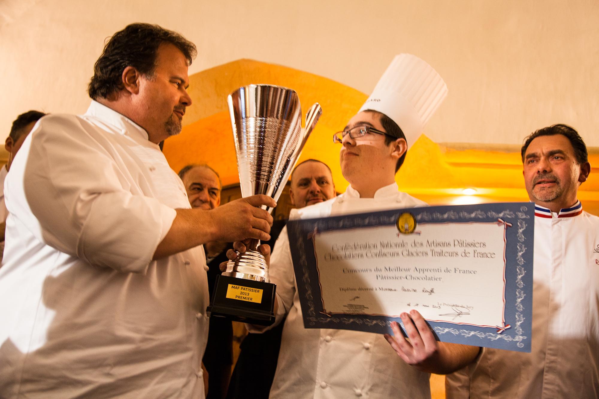 Pierre Hermé, parrain de cette promotion, remet son titre à Maxime Raiffe, Meilleur Apprenti Pâtissier de France 2013.