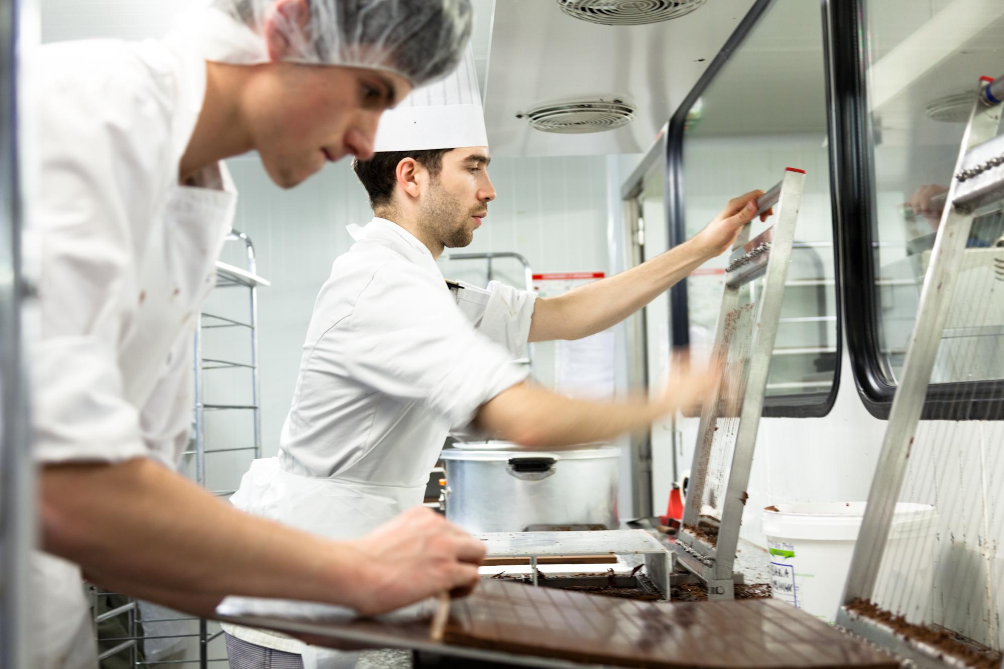 Jusqu'en 2003, la maison Jean-Paul Hévin faisait tous ses chocolats à la louche. Depuis, la production a évolué, mais chaque bonbon requiert une fabrication particulière. © T.Caron