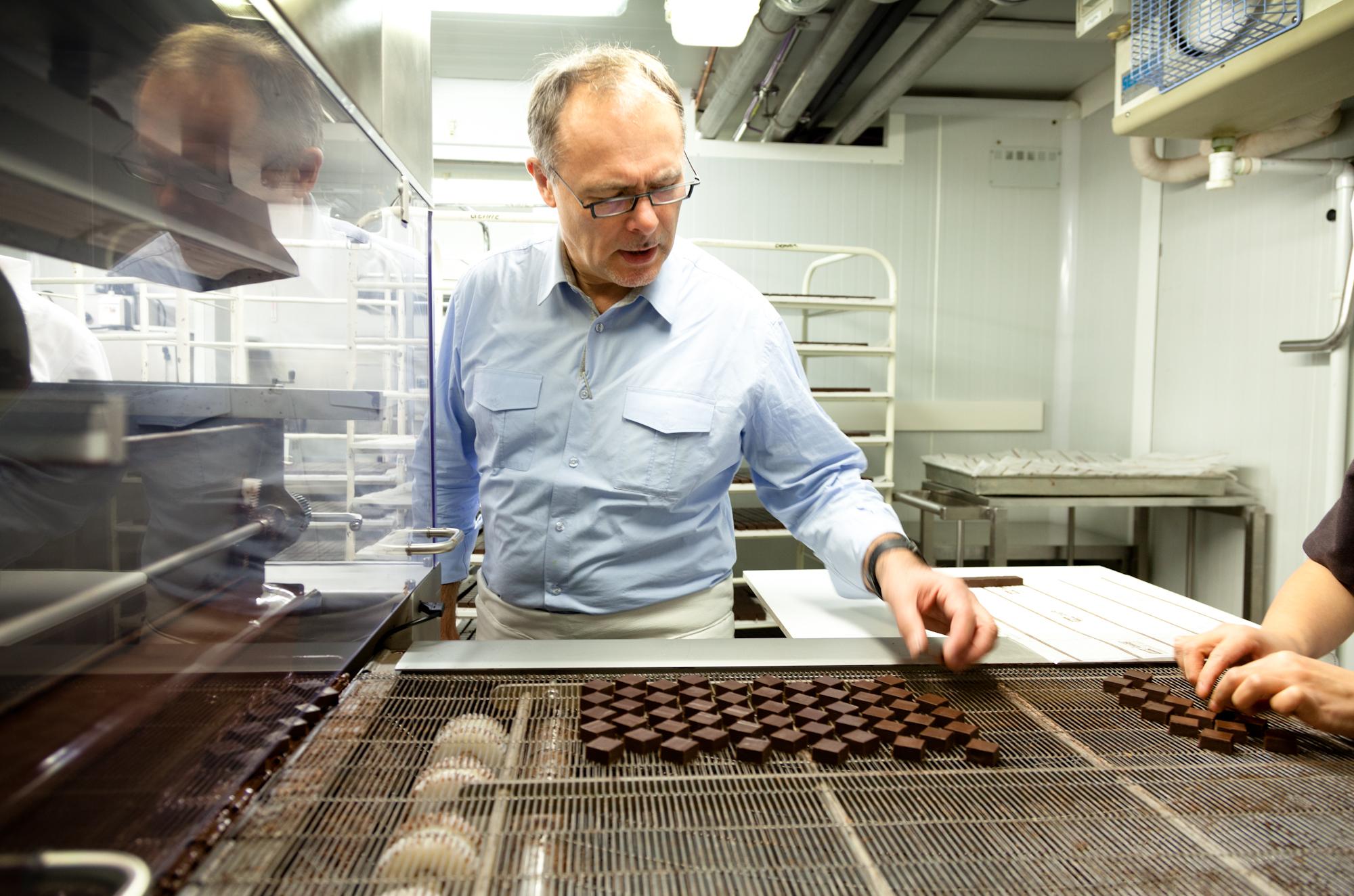 Dès 8h00, dans son laboratoire de Bois-Colombes, Jean-Paul Hévin fait le tour de son atelier de production. © T.Caron