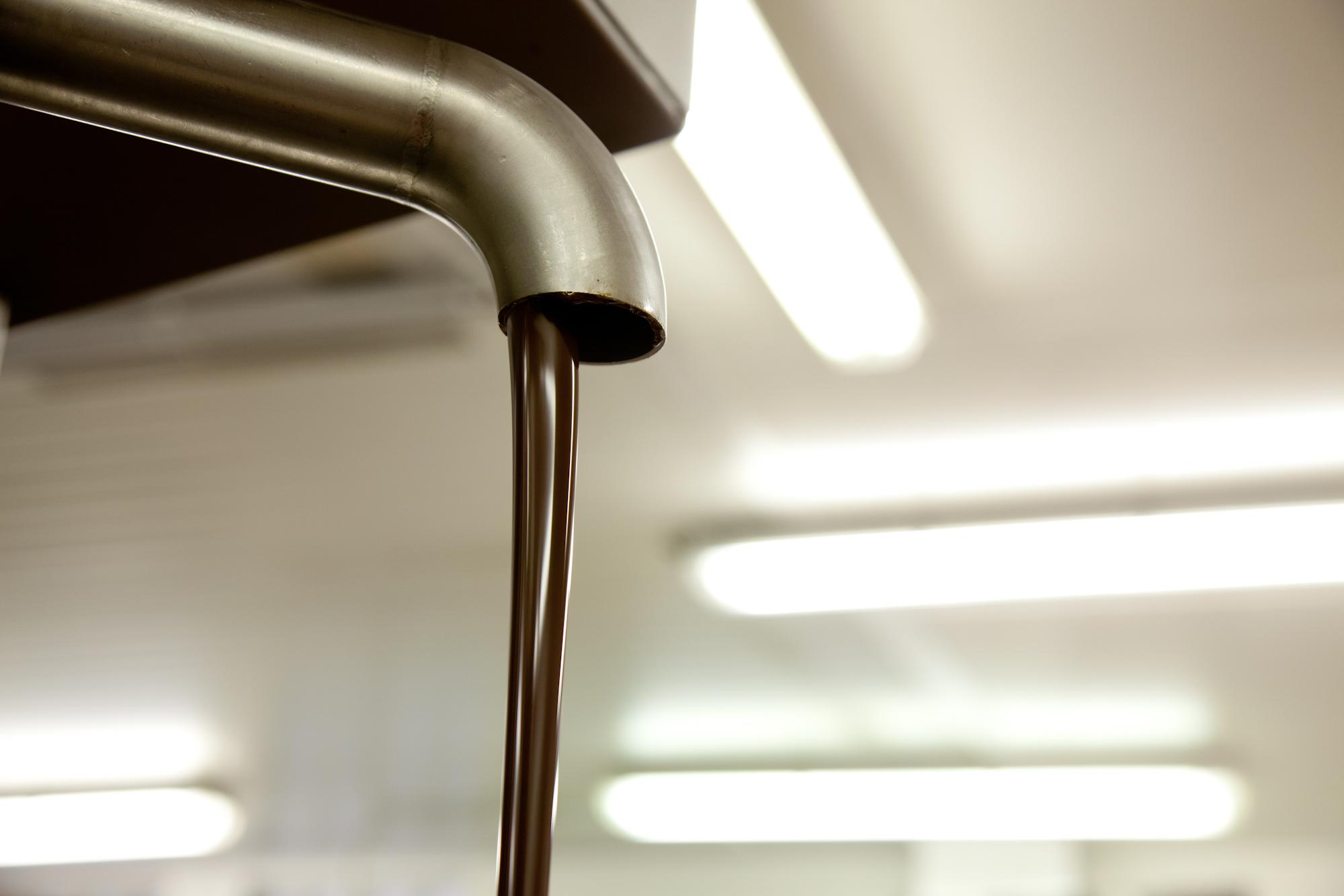 """""""Il faut surveiller le chocolat tout le temps, respecter son rythme de cristallisation, c'est une matière tellement sensible"""". © T.Caron"""