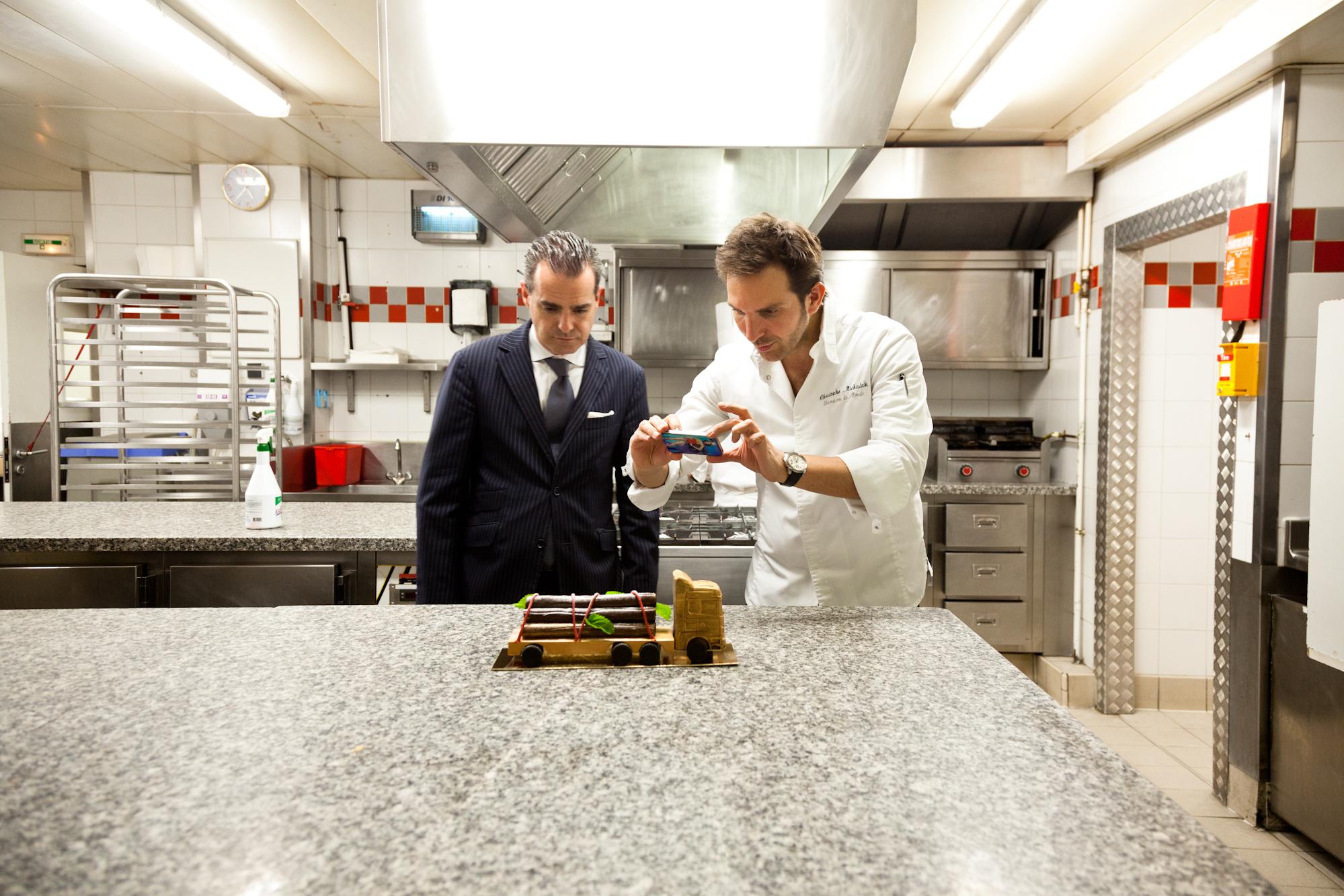 Christophe Michalak présente sa proposition de bûche de Noël à Pascal Billard, directeur adjoint de l'hôtel. © T. Caron