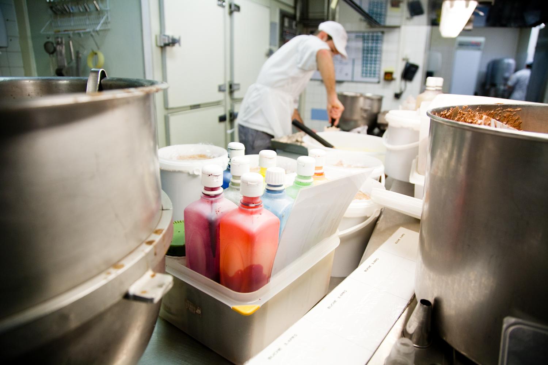La société compte 350 salariés dans le monde. Les 26 pâtissiers de l'atelier de la rue de Vaugirardà Paris sont répartis en 2 équipes. © T.Caron