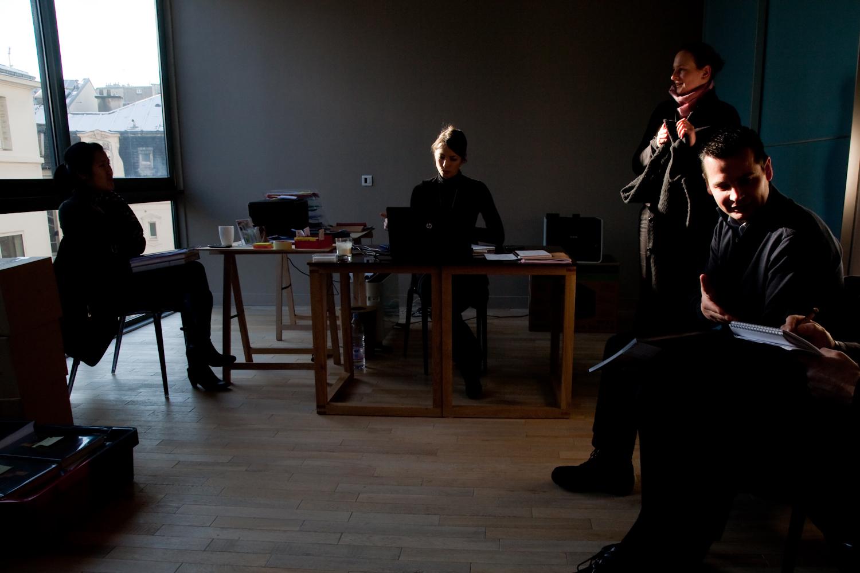 L'équipe de création et l'équipe marketing attendent le début d'une réunion avec Pierre Hermé. © T.Caron