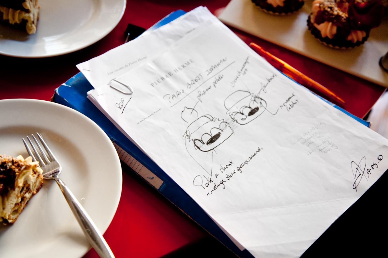 Sur son carnet, les croquis que le chef soumet à ses équipes de création. © T.Caron
