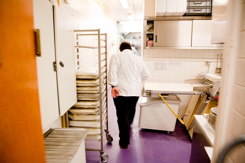 Dès son arrivée, Pierre Hermé passe au laboratoire.