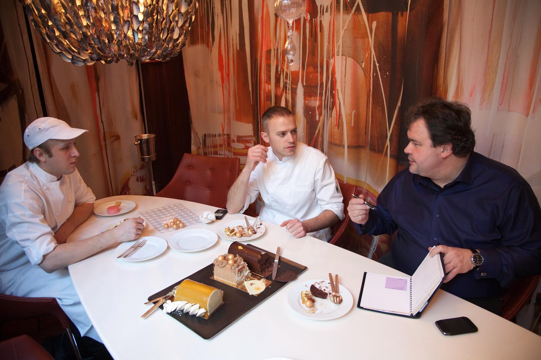 Au Royal Monceau, Pierre Hermé goûte les desserts réalisés par ses 2 chefs, dépéchés sur place. © T.Caron