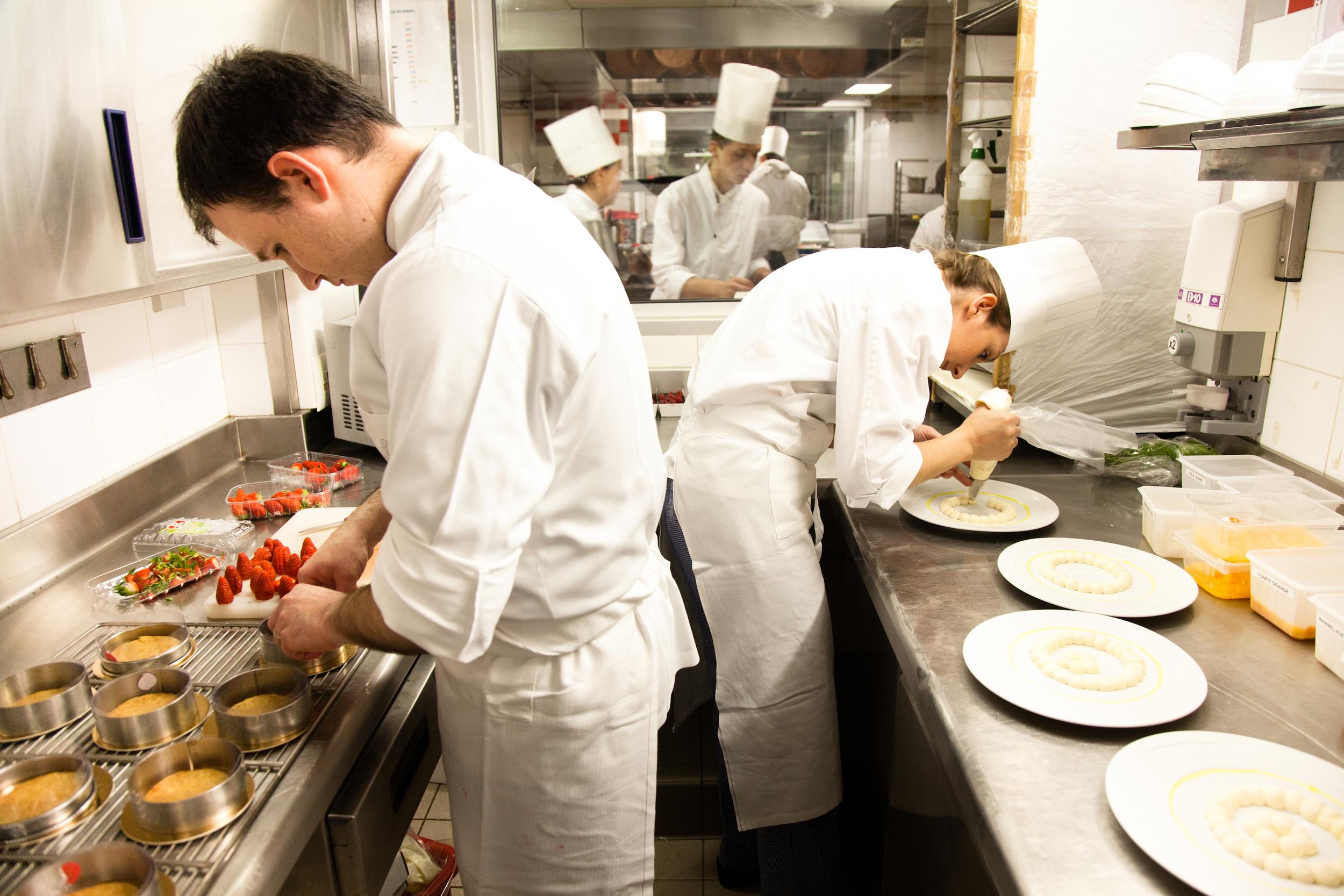 Stéphane Tranchet et Marie Meunier dressent les desserts du restaurant Cour Jardin. © T. Caron