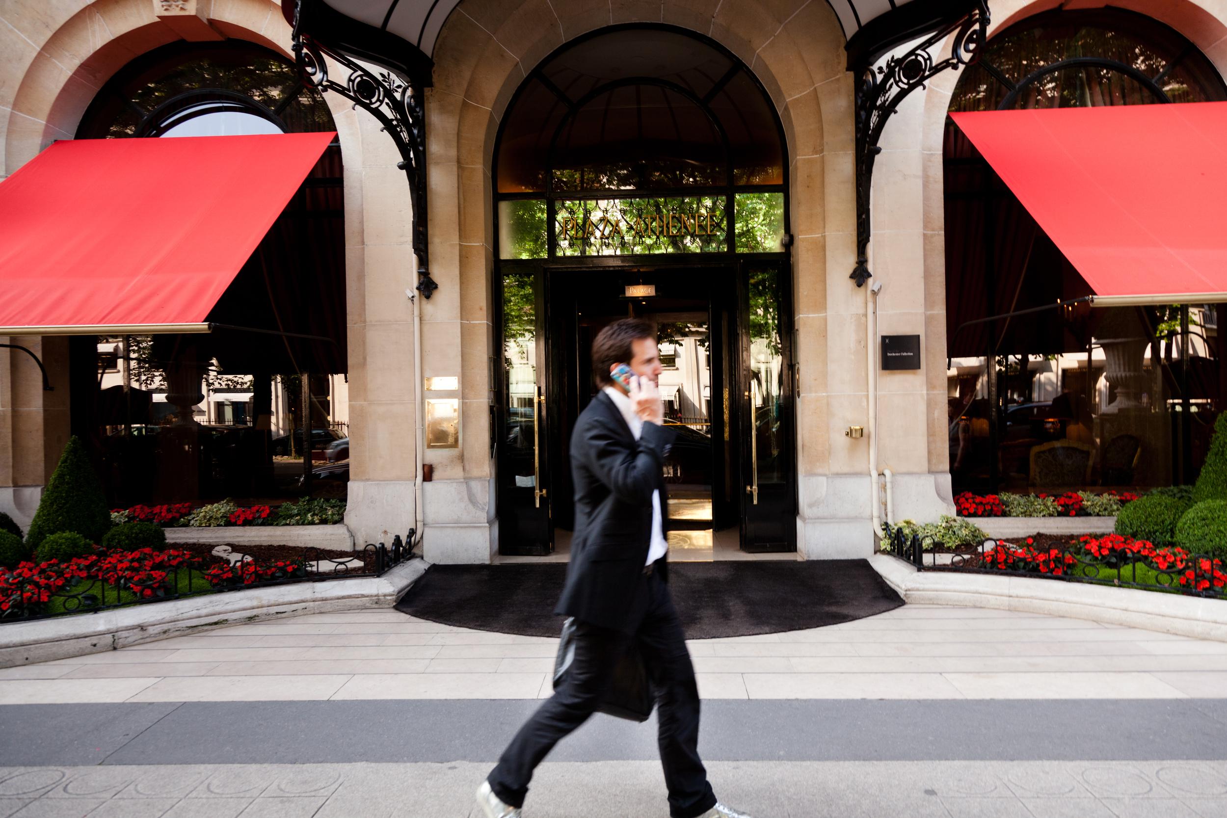 Devant le Plaza Athénée... © T. Caron