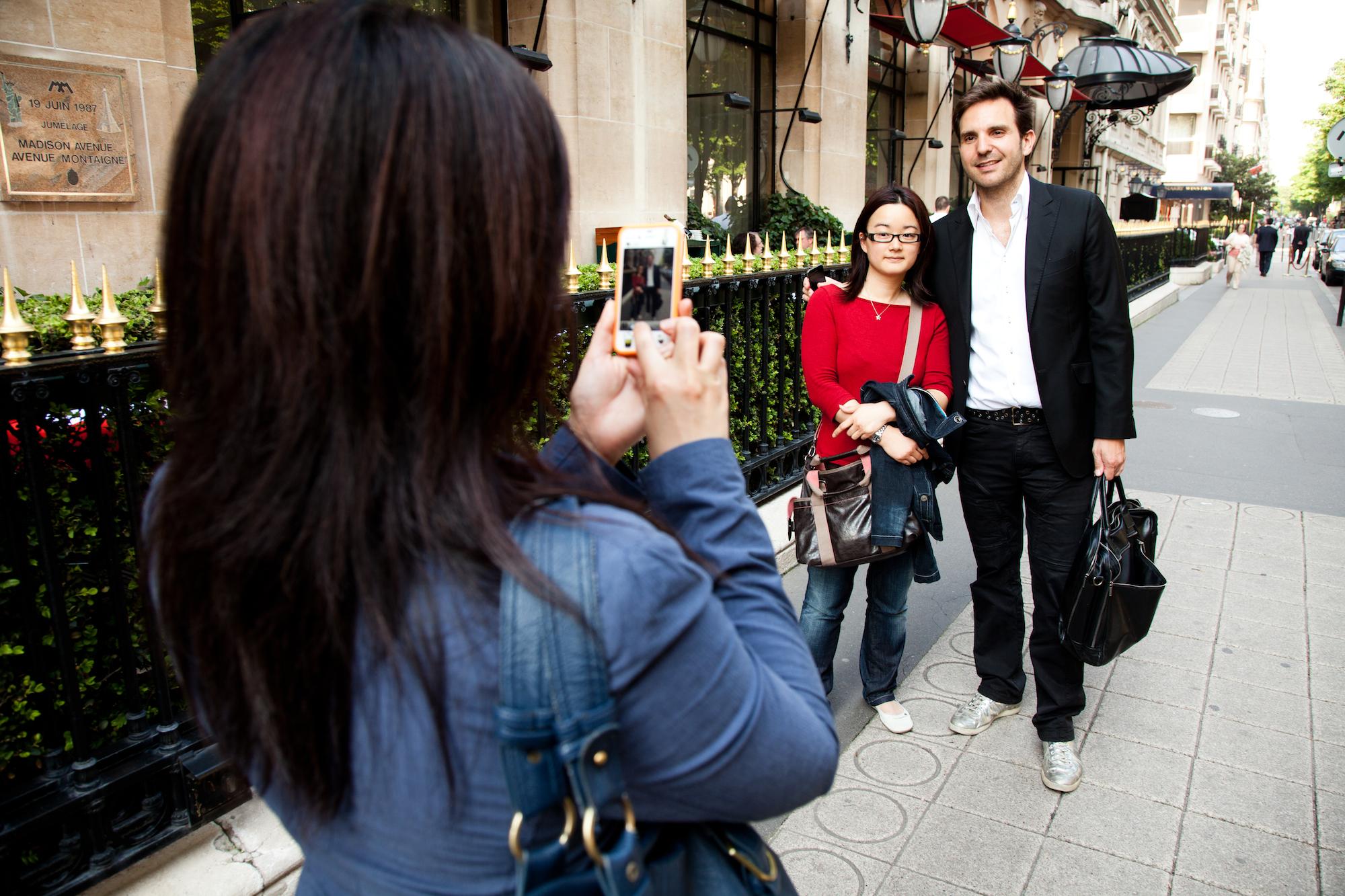 Christophe Michalak pose pour des touristes japonaises, fans du chef et de ses gâteaux. © T. Caron