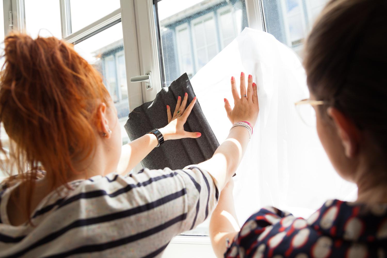 """Une étudiante de l'Ensci et une sellière des Compagons du Devoir choissisent un tissu pour un paravent.  Extraits de commandes des Compagnons du Devoir, autour des projets """" Défi Innover Ensemble """", en partenariat avec l'ENSCI-Les Ateliers, et l'Institut Français de la Mode. ( 2010-2015 )"""