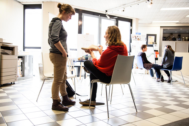 """Au Centre Technique du Cuir à Lyon, discussion autour de la forme bois d'une chaussure.  Extraits de commandes des Compagnons du Devoir, autour des projets """" Défi Innover Ensemble """", en partenariat avec l'ENSCI-Les Ateliers, et l'Institut Français de la Mode. ( 2010-2015 )"""