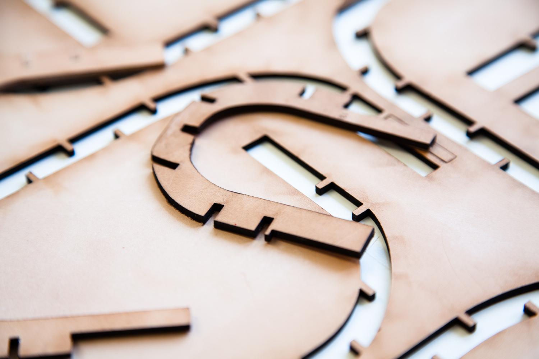 """Découpe laser.  Extraits de commandes des Compagnons du Devoir, autour des projets """" Défi Innover Ensemble """", en partenariat avec l'ENSCI-Les Ateliers, et l'Institut Français de la Mode. ( 2010-2015 )"""
