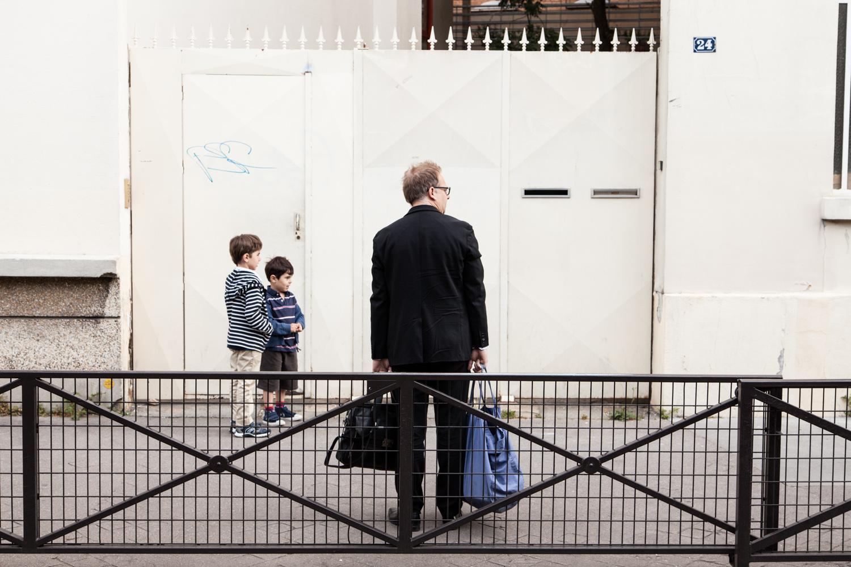 Un père attend l'ouverture de l'école. École aujourd'hui, Paris.  Commande pour Télérama.