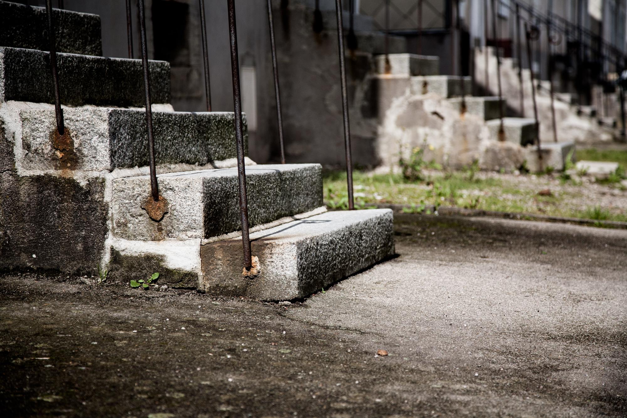 27 août 2010. Rue de la Vologne. Cités ouvrières.Lorsque la filature fonctionnait, les ouvriers veillaient chaque soir devant les maisons des cités. Les escaliers se sont vidés. à mesure que la télévision prenait place dans les salons, que l'activité de l'usine diminuait et que les anciens ouvriers disparaissaient.  Extrait du projet webdocumentaire   Les Pieds dans la France  , co-réalisé avec Stéphane Doulé et Camille Millerand.