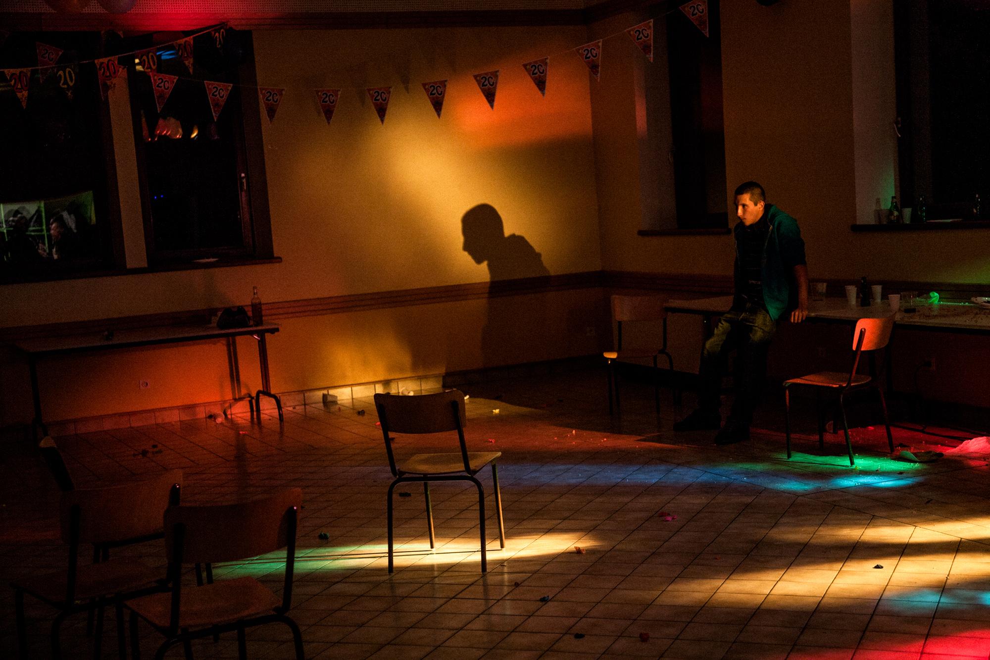 17 Octobre 2010. Salle des fêtes d'Herpelmont. Commencée avec les anciens, la fête des 20 ans de David s'est poursuivie entre jeunes. Il est tard maintenant.  Extrait du projet webdocumentaire   Les Pieds dans la France  , co-réalisé avec Stéphane Doulé et Camille Millerand.