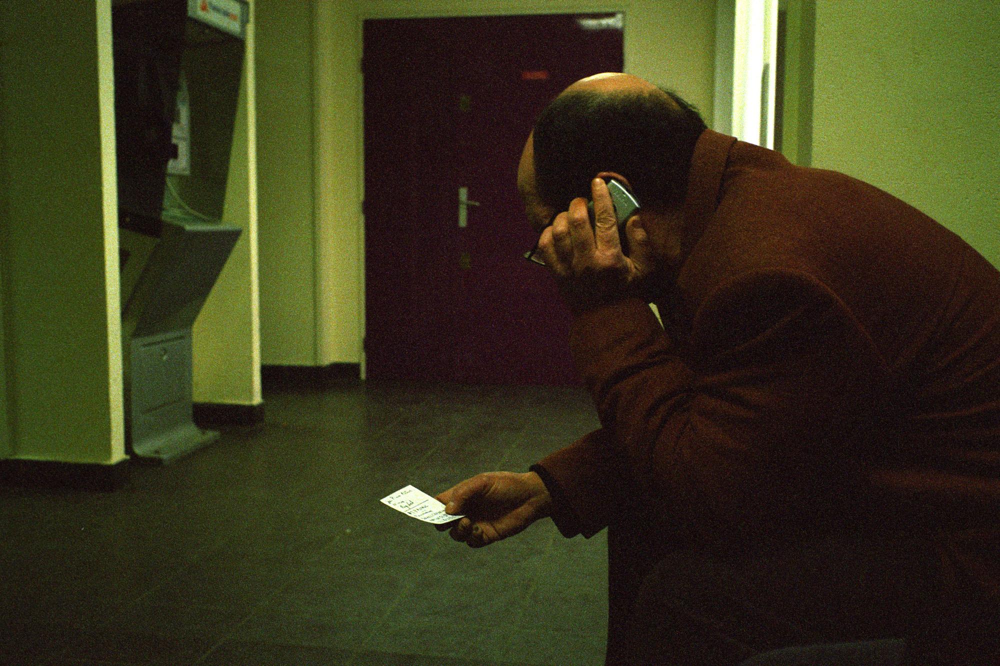 """Il passe beaucoup de temps au téléphone pour avoir le statut. Son fils et sa femme ont vécu tout cela. Ils l'ont accompagné. Son fils pose beaucoup de problèmes en classe et dans le foyer. C'est lui qui a fait ces taches dans un des escaliers.  Extrait du webdocumentaire   """" Adoma, vers la maison ? """"  , séléctionné au festival Visa Pour l'Image 2009."""