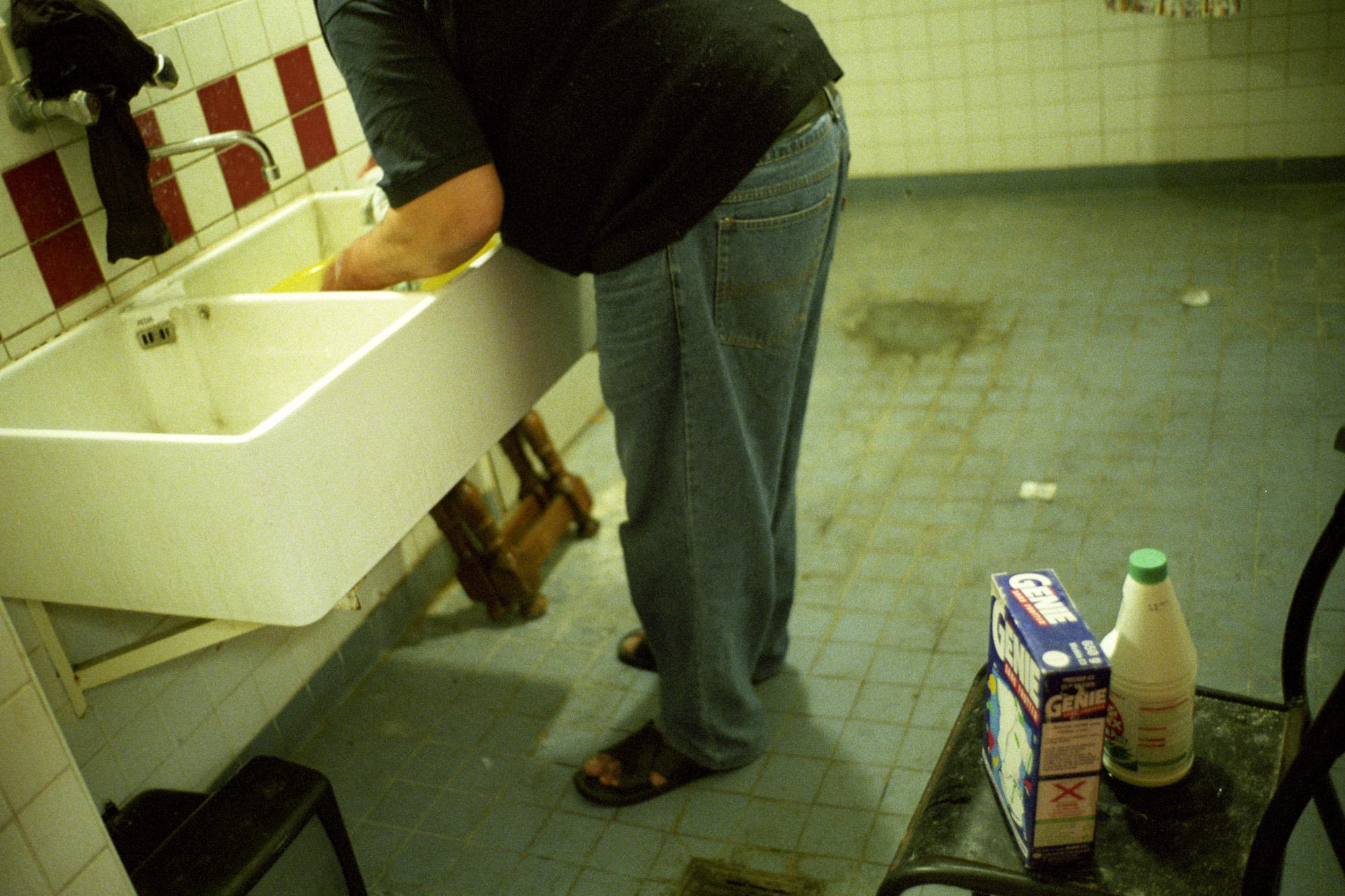 """Il y a beaucoup d'hommes seuls ici. Depuis longtemps. Ils ont appris à se faire la cuisine, et à s'occuper de leur linge. À la main pour les anciens, les plus jeunes préférant la laverie.  Extrait du webdocumentaire   """" Adoma, vers la maison ? """"  , séléctionné au festival Visa Pour l'Image 2009."""