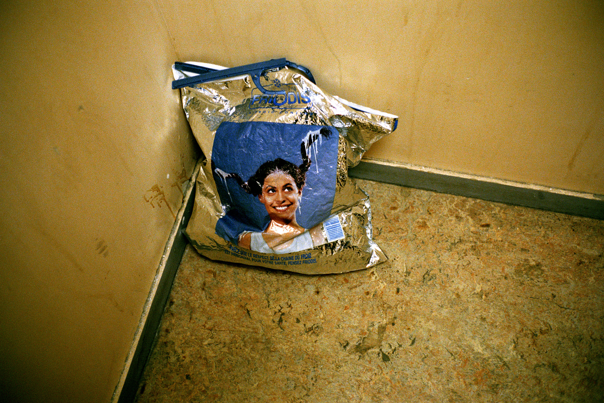 """Les femmes sont peu nombreuses dans le foyer, avec quelques enfants. Elles rasent les murs dans les couloirs où les rencontres ne sont pas forcément les meilleures. On essaye de les regrouper aux étages les plus calmes, mais la peur est là.  Extrait du webdocumentaire   """" Adoma, vers la maison ? """"  , séléctionné au festival Visa Pour l'Image 2009."""